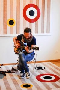 foto 2015 © Andrea Poldi - alla chitarra Fabrizio Scrivano - dipinto Occhi nel canneto 2014 © Michele Molinari - 320x200 cm; tappeto Occhi nel canneto 312x200 cm